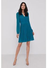 Pennyblack - Sukienka. Kolor: zielony. Materiał: tkanina. Długość rękawa: długi rękaw. Wzór: gładki. Typ sukienki: rozkloszowane, plisowane
