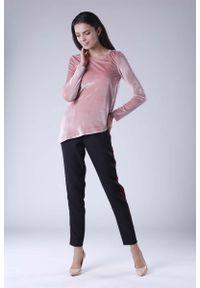 Nommo - Różowa Wizytowa Asymetryczna Bluzka z Weluru. Kolor: różowy. Materiał: welur. Styl: wizytowy