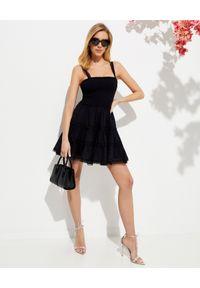 CHARO RUIZ IBIZA - Marszczona sukienka Stelle. Typ kołnierza: dekolt kwadratowy. Kolor: czarny. Materiał: bawełna, koronka. Długość rękawa: na ramiączkach. Wzór: koronka, aplikacja. Typ sukienki: rozkloszowane. Długość: mini