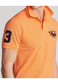 Ralph Lauren - RALPH LAUREN - Pomarańczowa polówka Triple-Pony. Typ kołnierza: polo. Kolor: pomarańczowy. Materiał: tkanina, bawełna, prążkowany. Długość: długie. Wzór: haft, aplikacja. Styl: sportowy, klasyczny #4