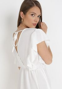 Born2be - Biała Sukienka Eshirsya. Kolor: biały. Materiał: tkanina. Długość rękawa: krótki rękaw. Wzór: jednolity. Typ sukienki: kopertowe. Długość: mini
