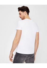 Balmain - BALMAIN - Biała koszulka z czarnym logo. Kolor: biały. Materiał: bawełna. Wzór: nadruk