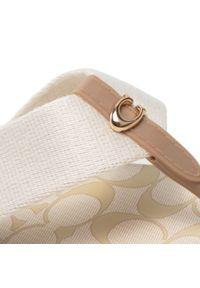 Coach - Japonki COACH - Zoe Webbed Flip Flop C2978 11001677 Chalk. Kolor: beżowy. Materiał: materiał. Wzór: aplikacja. Sezon: lato