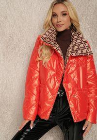 Renee - Pomarańczowa Kurtka Perania. Typ kołnierza: kołnierzyk stójkowy. Kolor: pomarańczowy. Materiał: tkanina. Długość: krótkie. Wzór: geometria