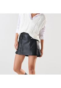 Sinsay - Spódnica mini z imitacji skóry - Czarny. Kolor: czarny. Materiał: skóra