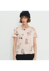 Różowy t-shirt House z nadrukiem