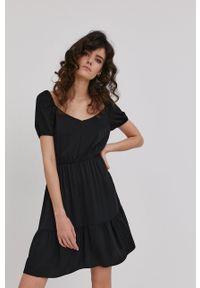 Answear Lab - Sukienka. Kolor: czarny. Materiał: tkanina. Długość rękawa: krótki rękaw. Wzór: gładki. Typ sukienki: rozkloszowane. Styl: wakacyjny