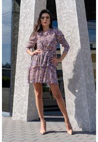 Merribel - Romantyczna Sukienka w Fioletowe Kwiatki. Kolor: fioletowy. Materiał: poliester. Wzór: kwiaty