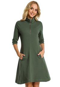 MOE - Rozkloszowana sukienka ze stójką zapinaną na zamek. Typ kołnierza: kołnierzyk stójkowy. Materiał: elastan, materiał, bawełna. Typ sukienki: proste, rozkloszowane