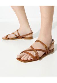TOD'S - Brązowe sandały ze skóry. Zapięcie: klamry. Kolor: brązowy. Materiał: skóra. Wzór: gładki, paski
