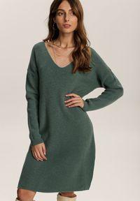 Renee - Ciemnozielona Sukienka Dzianinowa Amantha. Kolor: zielony. Materiał: dzianina. Długość rękawa: długi rękaw. Wzór: prążki. Długość: mini