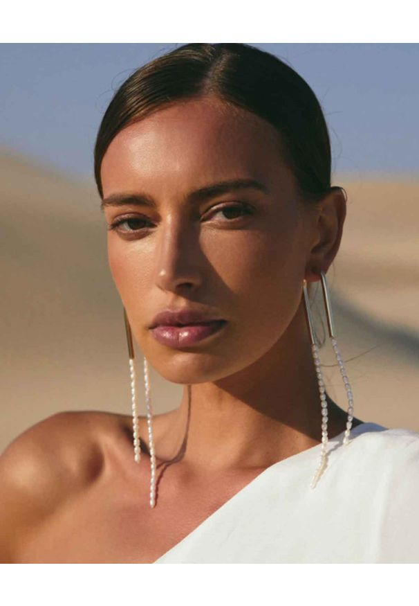 CULT GAIA - Kolczyki z perłami Meta. Materiał: z mosiądzu. Kolor: złoty. Kamień szlachetny: perła