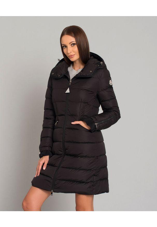 MONCLER - Czarny płaszcz puchowy Betulong. Kolor: czarny. Materiał: puch. Długość rękawa: długi rękaw. Długość: długie. Wzór: aplikacja. Sezon: zima, jesień. Styl: klasyczny