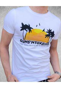 GUNS & TUXEDOS - T-shirt z nadrukiem Guns Holiday. Kolor: niebieski. Materiał: bawełna, jeans. Wzór: nadruk. Styl: wakacyjny