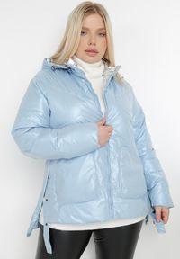 Born2be - Jasnoniebieska Kurtka Yorialle. Kolor: niebieski. Materiał: tkanina. Długość: długie. Wzór: aplikacja