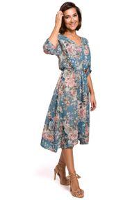 e-margeritka - Sukienka szyfonowa midi w kwiaty niebieska - m. Okazja: do pracy, na imprezę. Kolor: niebieski. Materiał: szyfon. Wzór: kwiaty. Typ sukienki: asymetryczne, rozkloszowane. Styl: elegancki. Długość: midi