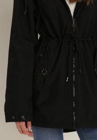 Renee - Czarna Kurtka Iasisa. Kolor: czarny. Materiał: jeans, dresówka. Długość rękawa: długi rękaw. Długość: długie. Wzór: aplikacja, paski, nadruk. Styl: klasyczny