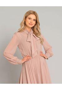 SELEZZA LONDON - Różowa sukienka midi. Typ kołnierza: kokarda. Kolor: różowy, wielokolorowy, fioletowy. Materiał: materiał. Długość rękawa: długi rękaw. Typ sukienki: kopertowe, rozkloszowane. Styl: wizytowy, elegancki. Długość: midi