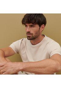 Reserved - Bawełniana koszulka basic - Beżowy. Kolor: beżowy. Materiał: bawełna