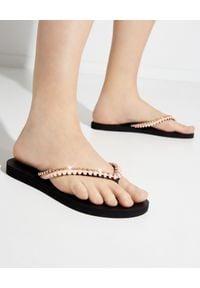 MYSTIQUE SHOES - Brzoskwiniowe japonki z kryształami. Kolor: czarny. Materiał: guma. Wzór: paski, aplikacja. Szerokość buta: średnie