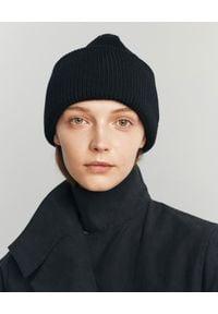ANIA KUCZYŃSKA - Czarna wełniana czapka. Kolor: czarny. Materiał: wełna. Wzór: aplikacja. Sezon: zima. Styl: klasyczny