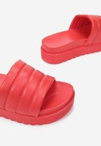 Renee - Czerwone Klapki Noeris. Nosek buta: okrągły. Kolor: czerwony. Materiał: guma. Wzór: aplikacja. Obcas: na platformie