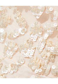 NEEDLE & THREAD - Błyszcząca sukienka Honesty Flower. Okazja: na wesele, na ślub cywilny, na imprezę. Kolor: beżowy. Materiał: tiul. Wzór: kwiaty, aplikacja. Styl: vintage