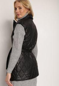 Renee - Czarna Kamizelka Thaelehe. Typ kołnierza: golf. Kolor: czarny. Materiał: jeans, materiał. Wzór: jednolity. Styl: elegancki