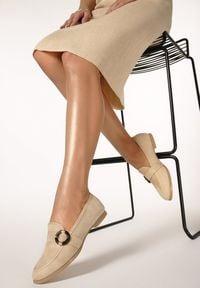 Born2be - Beżowe Mokasyny Nancie. Nosek buta: okrągły. Zapięcie: klamry. Kolor: beżowy. Szerokość cholewki: normalna. Wzór: jednolity. Materiał: dzianina. Obcas: na obcasie. Styl: elegancki. Wysokość obcasa: niski
