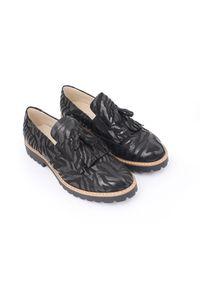 Zapato - półbuty - skóra naturalna - model 247 - kolor czarny zebra. Okazja: do pracy, na imprezę, na spacer. Zapięcie: bez zapięcia. Kolor: czarny. Materiał: skóra. Szerokość cholewki: normalna. Wzór: motyw zwierzęcy. Obcas: na obcasie. Styl: klasyczny, elegancki. Wysokość obcasa: niski