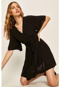 Czarna sukienka Answear Lab na co dzień, rozkloszowana
