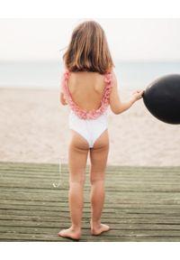 LA REVECHE KIDS - Biały strój kąpielowy z ozdobą. Kolor: biały. Materiał: tkanina, szyfon, poliamid, elastan. Wzór: aplikacja #3
