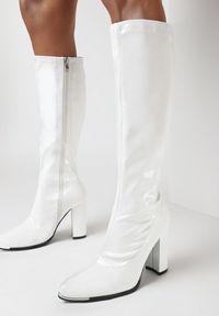 Born2be - Białe Kozaki Deineis. Wysokość cholewki: przed kolano. Kolor: biały. Materiał: lakier. Szerokość cholewki: normalna. Obcas: na obcasie. Wysokość obcasa: średni
