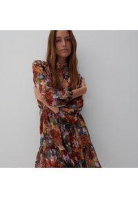 Reserved - Sukienka ze wzorem w kwiaty - Czerwony. Kolor: czerwony. Wzór: kwiaty