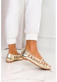 Casu - Złote baleriny ażurowe z odkrytymi palcami skórzana wkładka casu d21x15/g. Nosek buta: otwarty. Kolor: złoty. Materiał: skóra. Wzór: ażurowy