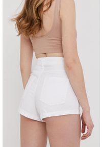 Answear Lab - Szorty jeansowe. Okazja: na co dzień. Kolor: biały. Materiał: jeans. Wzór: gładki. Styl: wakacyjny