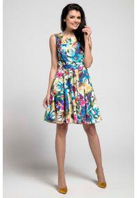 Nommo - Kwiatowa Rozkloszowana Sukienka bez Rękawów z Ozdobnym Paskiem. Materiał: wiskoza, poliester. Długość rękawa: bez rękawów. Wzór: kwiaty