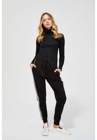 MOODO - Spodnie dresowe z lampasami. Materiał: dresówka. Wzór: gładki, paski