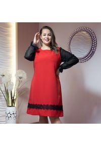 Czerwona sukienka dla puszystych Moda Size Plus Iwanek elegancka, w koronkowe wzory
