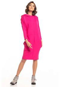 Różowa sukienka dzianinowa Tessita z kapturem
