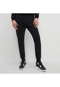 House - Dresowe joggery z przeszyciami - Czarny. Kolor: czarny. Materiał: dresówka