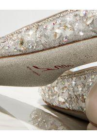RENE CAOVILLA - Baleriny z kryształkami Cinderella. Nosek buta: okrągły. Kolor: szary. Materiał: koronka. Wzór: koronka, aplikacja. Obcas: na obcasie. Wysokość obcasa: średni #2