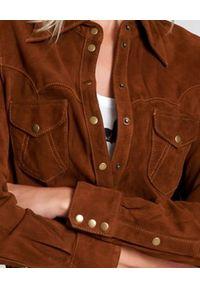ONETEASPOON - Brązowa koszula ze skóry zamszowej. Typ kołnierza: kolnierz wykładany. Kolor: brązowy. Materiał: skóra, zamsz. Długość rękawa: długi rękaw. Długość: długie. Styl: klasyczny