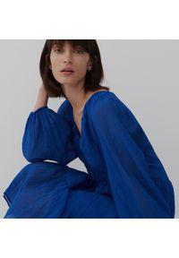Reserved - Sukienka ze strukturalnej tkaniny - Niebieski. Kolor: niebieski. Materiał: tkanina