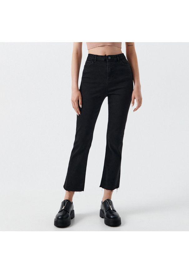 Cropp - Jeansy high waist - Czarny. Stan: podwyższony. Kolor: czarny