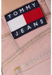 Tommy Jeans - Jeansy Mom. Kolor: różowy