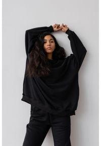 Marsala - Bluza typu oversize o przedłużonym kroju kolor TOTALLY BLACK HUSH BY MARSALA. Materiał: dzianina, dresówka, jeans, bawełna, elastan. Styl: sportowy