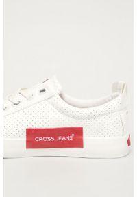 Białe tenisówki Cross Jeans z okrągłym noskiem, na obcasie, z cholewką, na sznurówki
