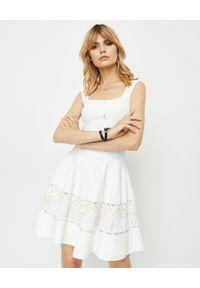 Biała sukienka mini Alexander McQueen na wesele, na ramiączkach, rozkloszowana