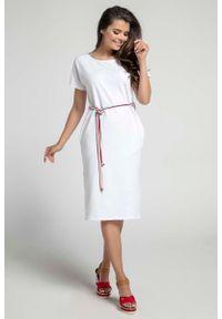 Nommo - Biała Prosta Sukienka Midi Przewiązana Kolorowym Sznurkiem. Kolor: biały. Materiał: bawełna. Wzór: kolorowy. Typ sukienki: proste. Długość: midi